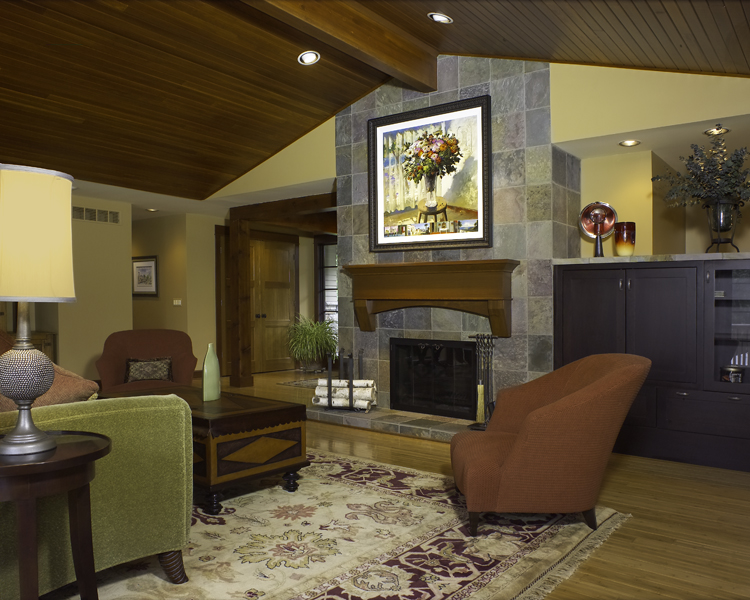 5905 Upper Straits – Living room with vaulted wood-clad ceiling